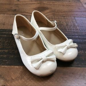👟 Children's Place white bow heeled dress shoes